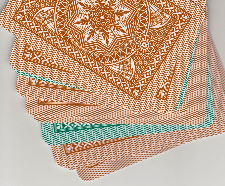 borde del reverso coloreado, permite separar fácilmente las barajas de distinto color
